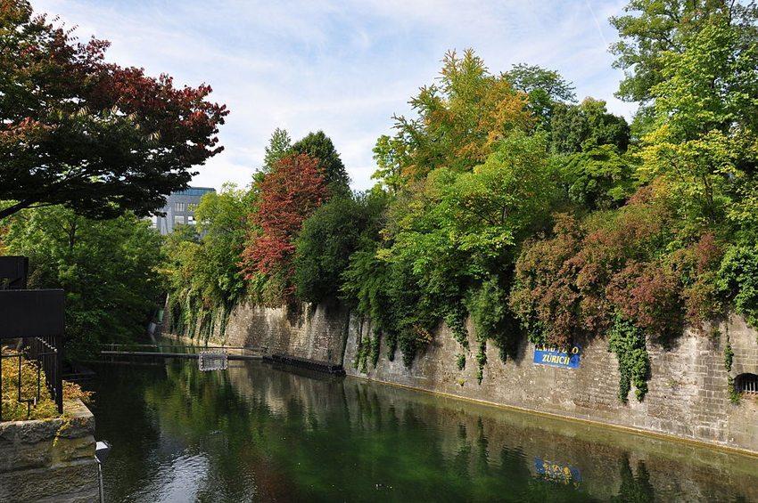 """Blick über den Schanzengraben nach Norden auf das Bollwerk """"zur Katz"""" mit dem Arboretum des Botanischen Gartens in Zürich. (Bild: Roland zh, Wikimedia, CC)"""
