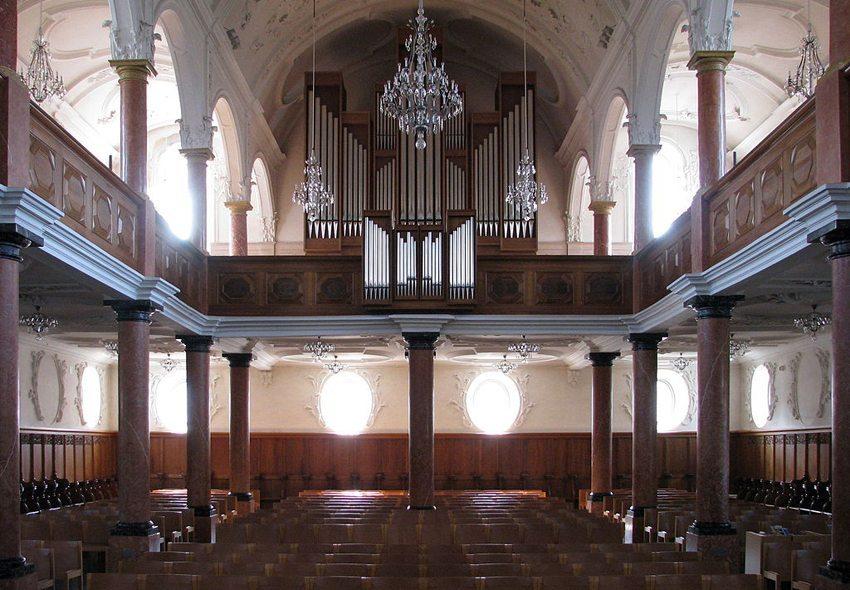 Die St. Peterskirche in Zürich – Innenansicht (Bild: Roland zh, Wikimedia, CC)