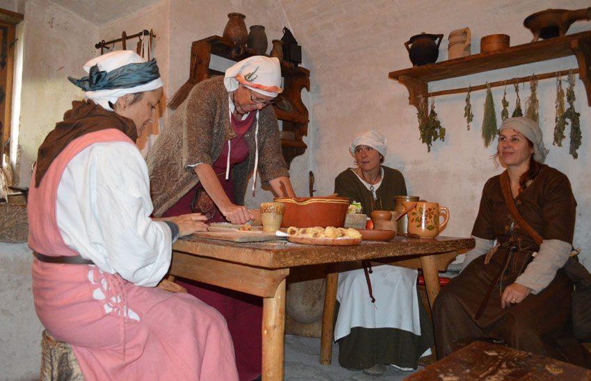 Schloss Lenzburg (AG) - Museumsfreiwillige in der Mittelalterküche (Bild: © Museum Aargau)