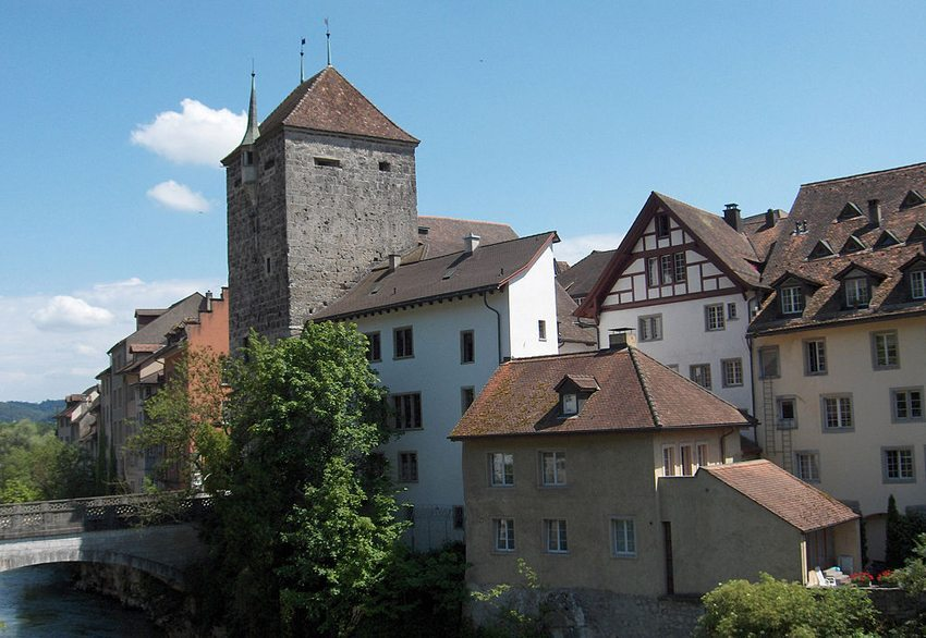 Brugg: Schwarzer Turm und Brücke über die Aare (Bild: Voyager, Wikimedia, GNU)