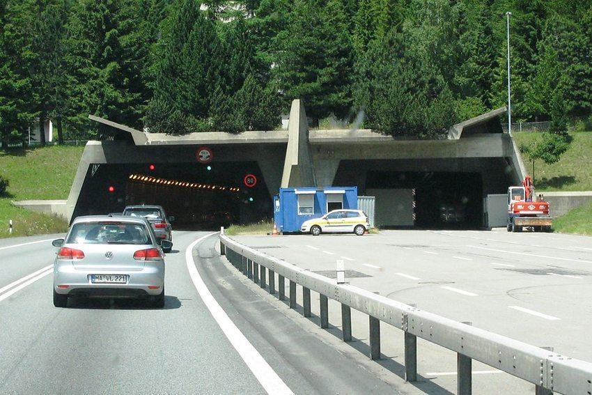 Gotthard-Strassentunnel, Portal Tessin (Bild: Les Meloures, WIkimedia, CC)