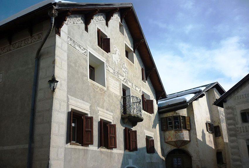 Wohnhaus von Selina Chönz in Guarda (Bild: Paebi, Wikimedia, CC)