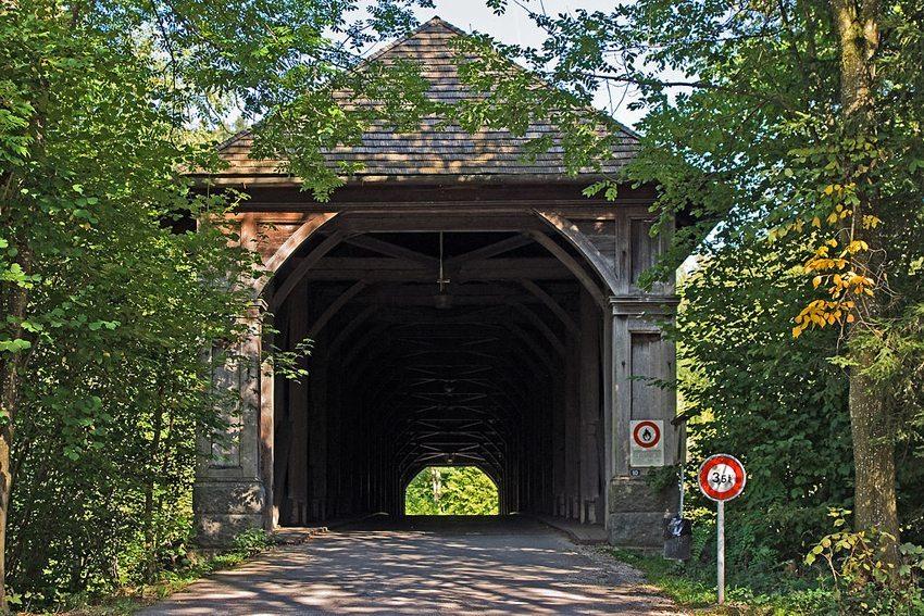 Die gedeckte Holzbrücke nördlich von Hasle (Bild: WillYs Fotowerkstatt, Wikimedia, GNU)