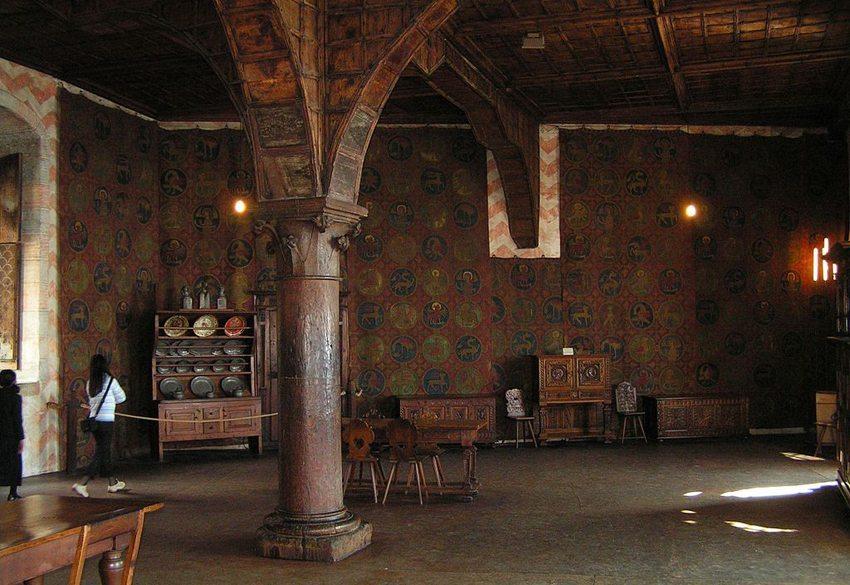 Saal im Schloss Chillon (Bild: Benjamin Gimmel, Wikimedia, CC)