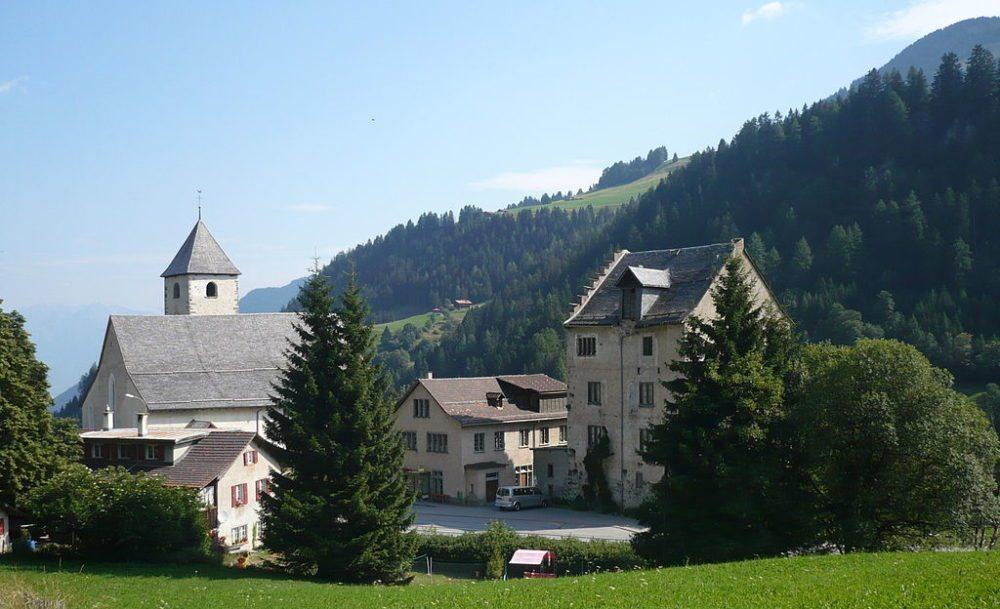 Kirche St. Maria und Michael in Churwalden mit dem ehemaligen Abtgebäude (Bild: Adrian Michael, WIkimedia, CC)