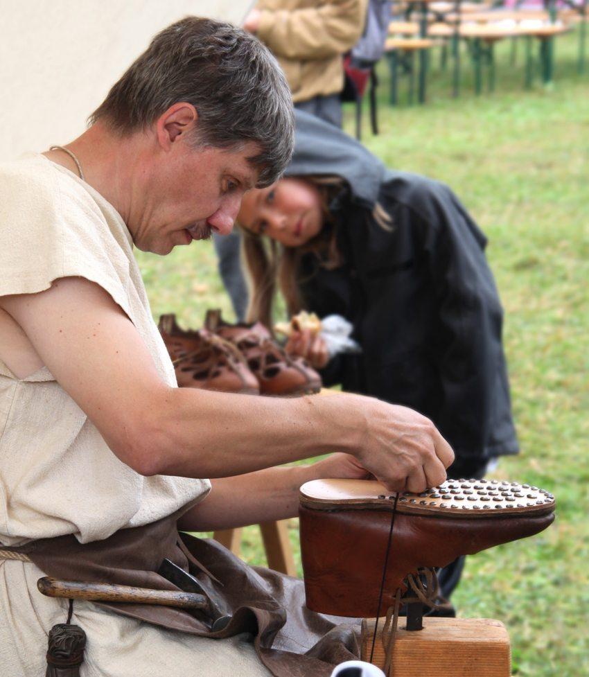 Augusta Raurica Römerfest 2013 – Römischer Schuhmacher (Bild: Susanne Schenker, Augusta Raurica)