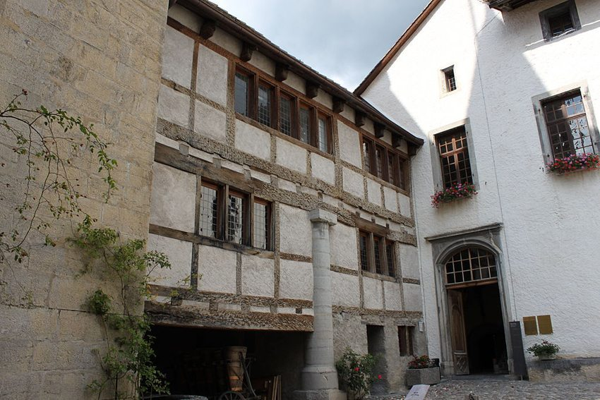 Schloss Aigle – Innenhof (Bild: Flobert, Wikimedia, GNU)