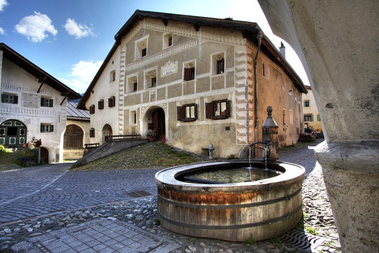 Brunnen in Guarda (Bild: Kelvin Schafli, Wikimedia, CC)