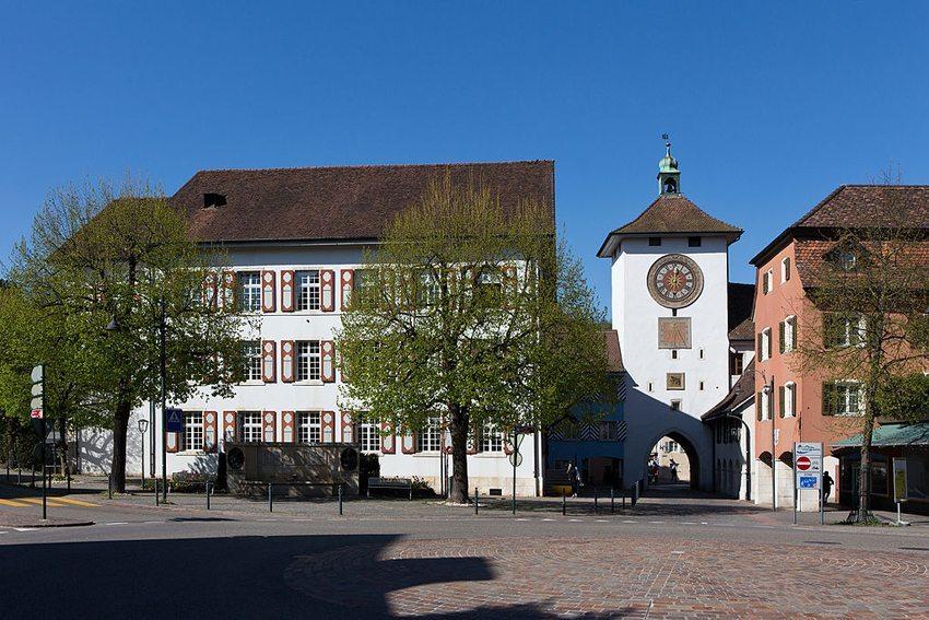 Stadthaus und Obertor von Laufen (Bild: Roland Zumbuehl, Wikimedia, CC)