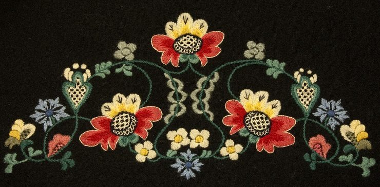 Blumenstickerei als häufiges Motiv eines Hirtenhemdes. (Bild: © kavring - shutterstock.com)