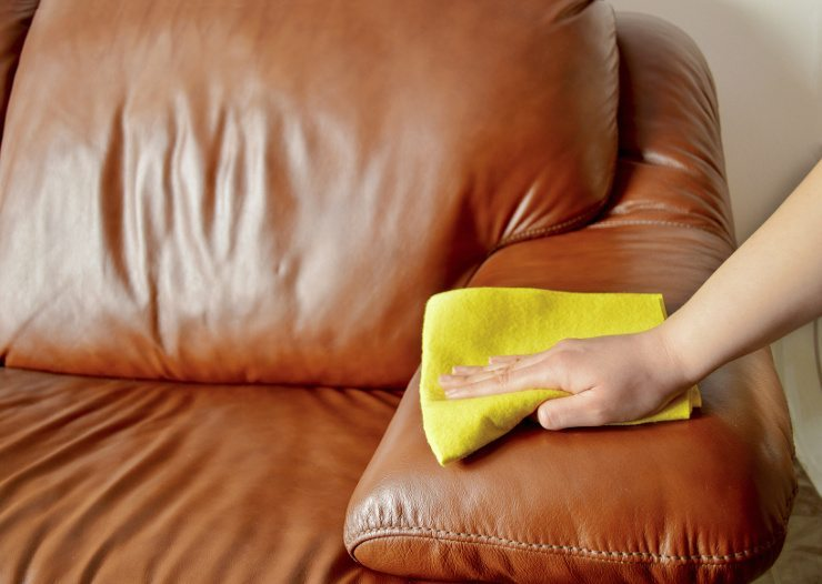 Ein Ledersofa sollte regelmäßig gepflegt werden. (Bild: © cunaplus - fotolia.com)