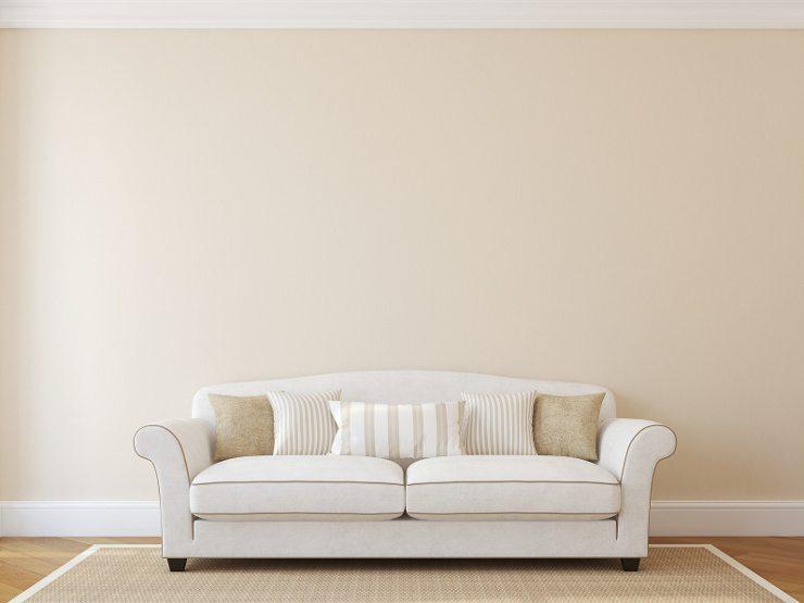 Im Wohnzimmer soll sich mit dem passenden Polstermöbel erholt werden. (Bild: © poligonchik - fotolia.com)