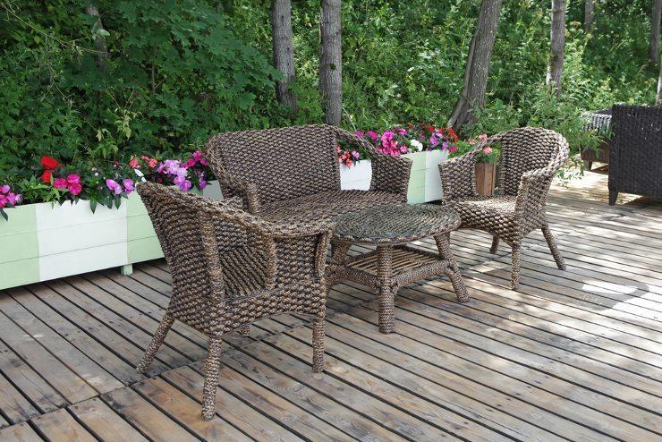 Rattanmöbel vermitteln eine Leichtigkeit und strahlen ein sonnig-mediterranes Flair aus. (Bild: © Tatiana Belova - shutterstock.com)