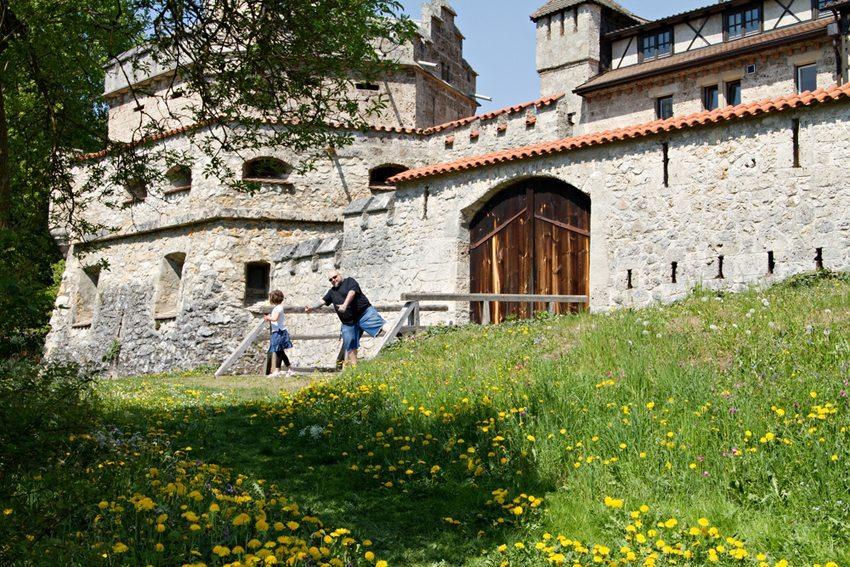 Besonders der Besuch von Burgen und Ruinen macht Kindern Spass. (Bild: anna karwowska / Shutterstock.com)