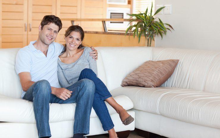 Das Sofa als Entspannungsort für die Familie. (Bild: © wavebreakmedia - shutterstock.com)
