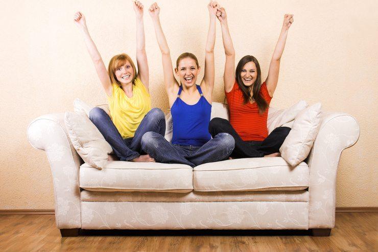 Wenn das Sofa zum Lieblingsstück für das Wohnzimmer wird (Bild: © Doreen Salcher - shutterstock.com)