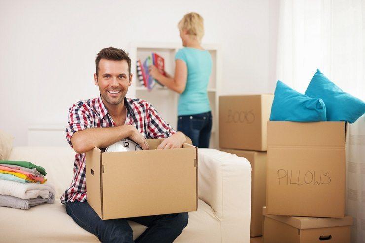 Eine Umzugsfirma plant und erledigt einen Wohn- oder Bürowechseln. (Bild: © gpointstudio - shutterstock.com)