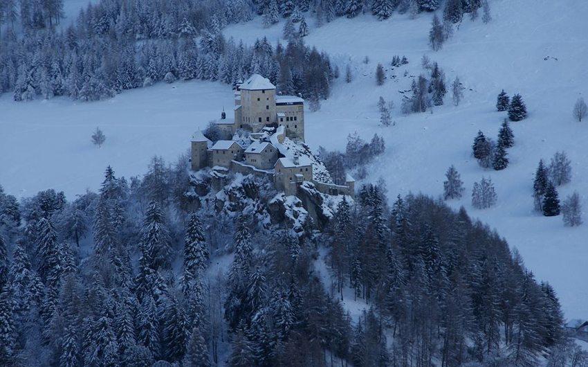 Schloss Tarasp im Winter (Bild: Aconcagua, WIkimedia, CC)