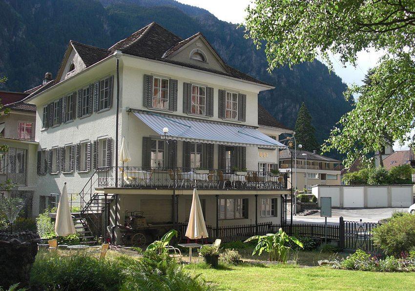 """Gästehaus """"Stern und Post"""" in Amsteg (Bild: Sputniktilt, Wikimedia, CC)"""