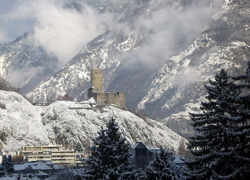 Die Festung La Bâtiaz im Winter (Bild: Bâtiaz, Wikimedia, CC)