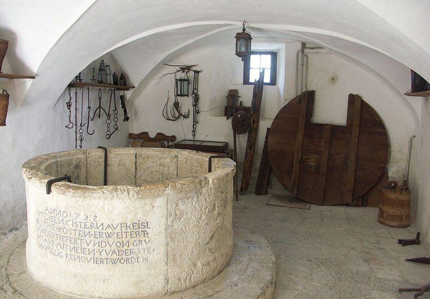Schloss Tarasp - auch nach rund 1000 Jahren noch bewohnbar (Bild: Shesmax, Wikimedia, CC)