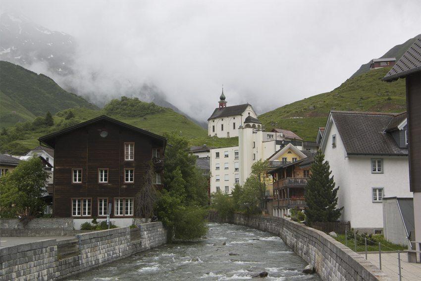 Blick den Thalbach hinauf aus dem Dorf Andermatt auf die Mariahilf-Capelle (Bild: Abderitestatos, Wikimedia, CC)