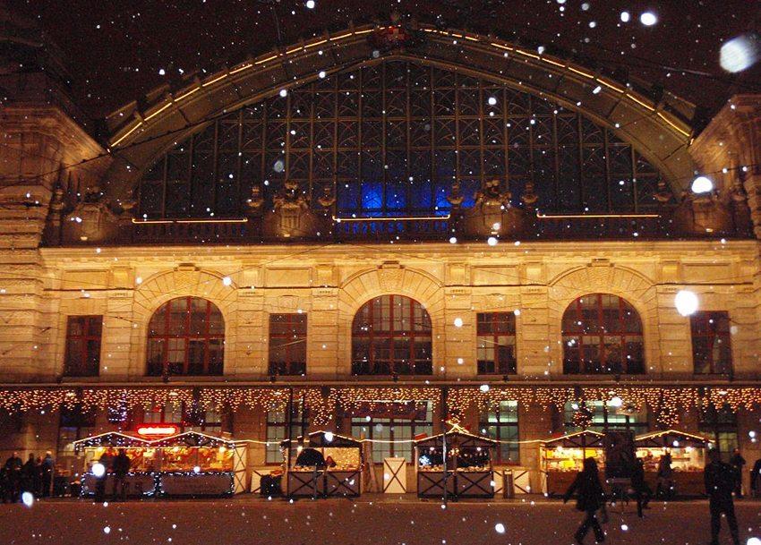 Bahnhof Basel SBB im winterlichen Schneekleid (Bild: Sabinerodens, Wikimedia, CC)