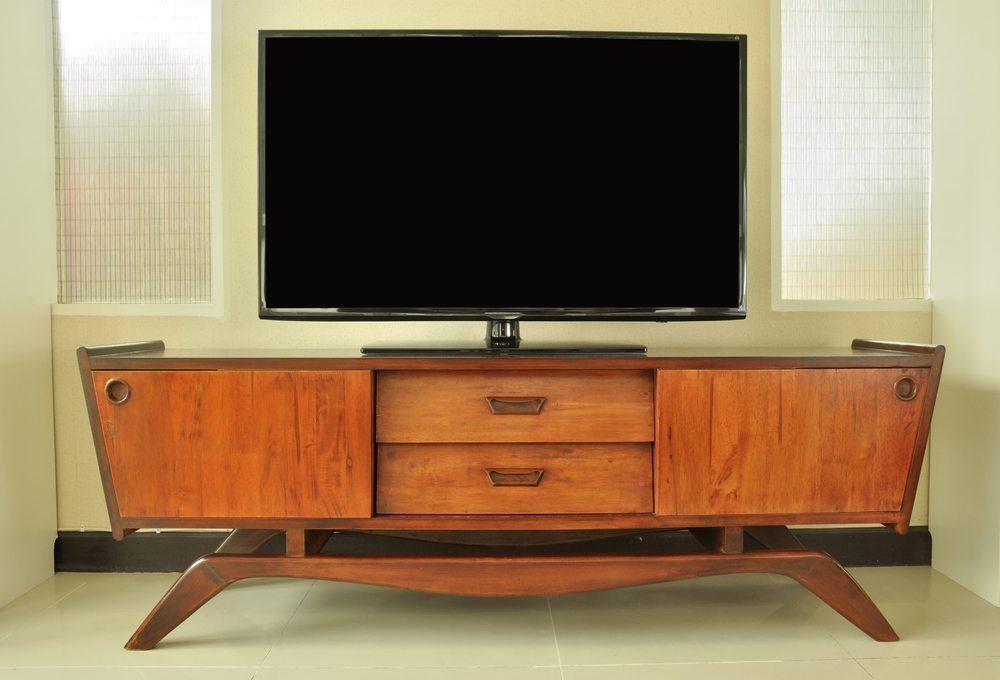 Selbst in einer modernen Wohnung können antike Möbel eine ganz zentrale Rolle spielen. (Bild: varandah / Shutterstock.com)