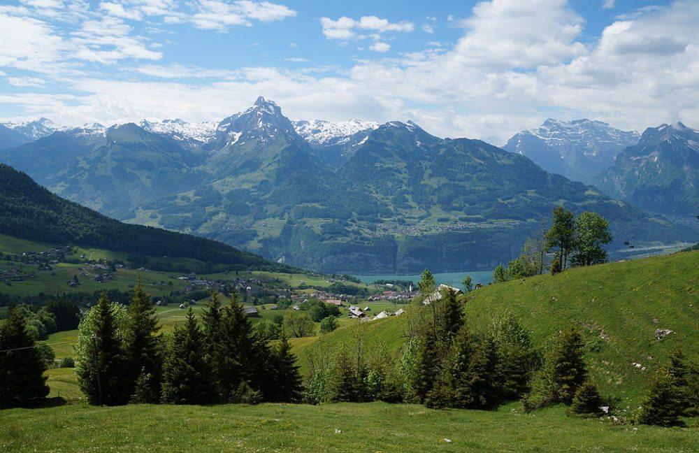 Blick von Niederschlag über Amden und den Walensee nach Filzbach. (Bild: Albinfo, Wikimedia, CC)