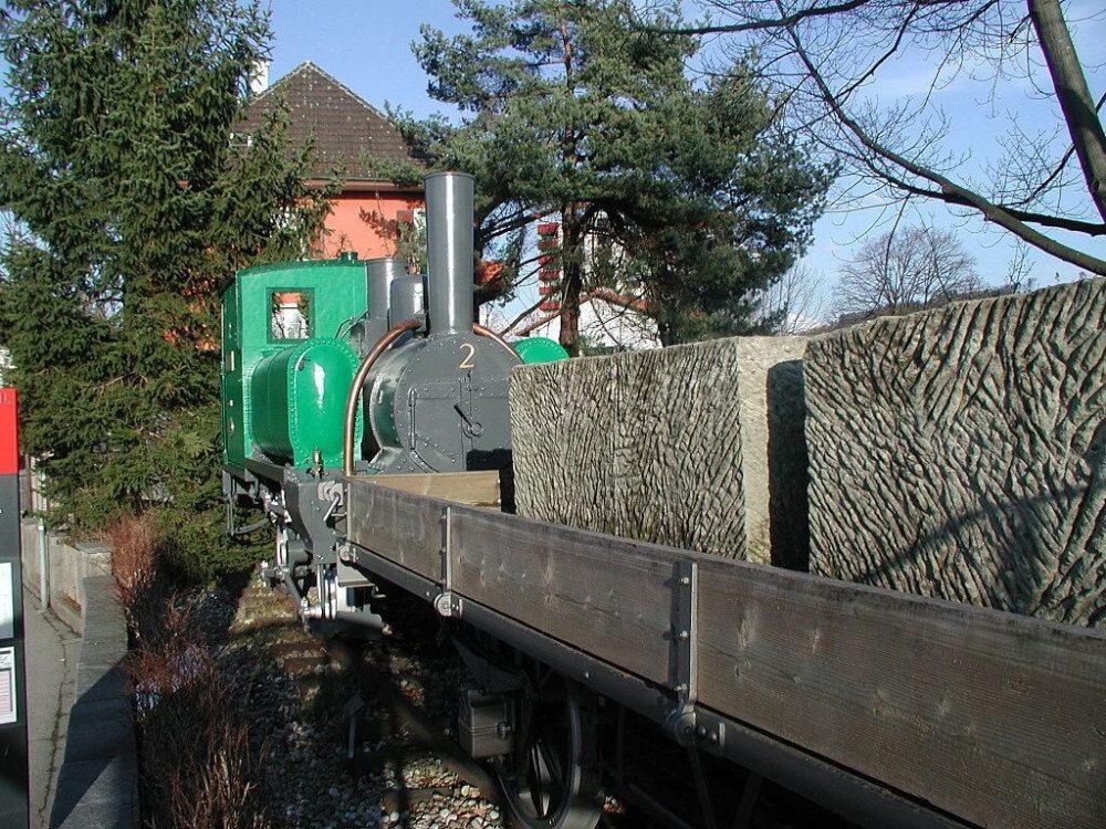 """Denkmal mit Lok """"Elfe"""" der Steinbruchbahn Ostermundigen. (Bild: Erich Iseli, Wikimedia, GNU)"""