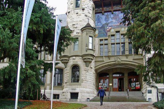 Das Historische Museum am Helvetiaplatz in Bern – Eingang. (Bild: WillYs Fotowerkstatt, Wikimedia, GNU)