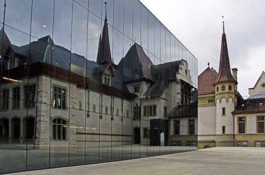 Das Historische Museum im Spiegel des Neubaus (Bild: WillYs Fotowerkstatt, Wikimedia, GNU)