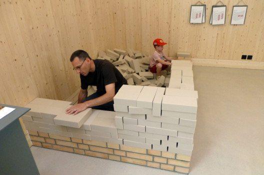 Mauerbau für Gross und Klein im Ziegelei-Museum (Bild: Regina Goll)