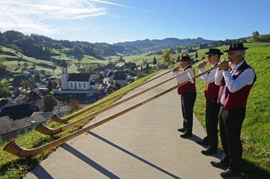 Alphornblaser über Luthern Dorf (Bild: © Pius Häfliger, Luthern)