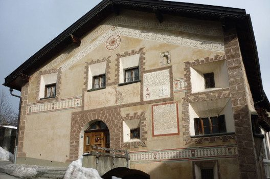 Haus in Ardez (Bild: Paebi, Wikimedia, CC)