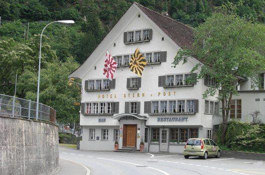 Ansicht Nordfassade des Hotels Stern und Post in Amsteg (Bild: Sputniktilt, Wikimedia, GNU)