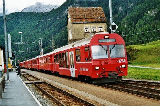Ardez und die Rhätische Bahn (Bild: Markus Giger, Wikimedia, CC)