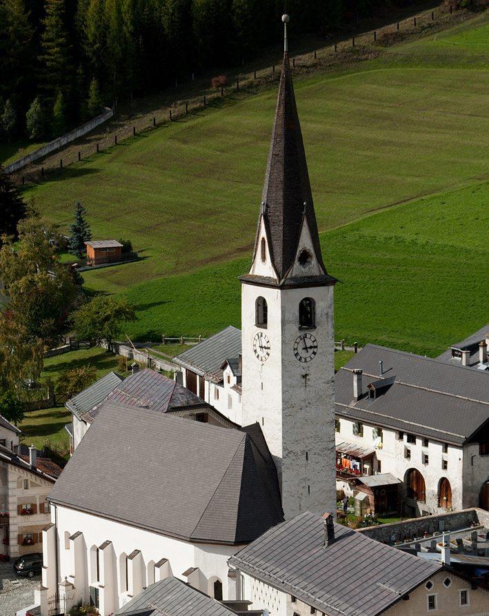 Reformierte Kirche in Ardez (Bild: Roland Zumbuehl, Wikimedia, GNU)