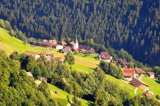 Wo heute im Schächental Spiringen liegt, war einst dichter Wald. (Bild: Andreas Faessler, Wikimedia, CC)