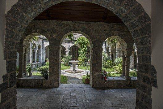 Ebenfalls sehenswert sind das Taufbecken aus dem 4. Jahrhundert und der kleine Kreuzgang. (Bild: © tauav - fotolia.com)