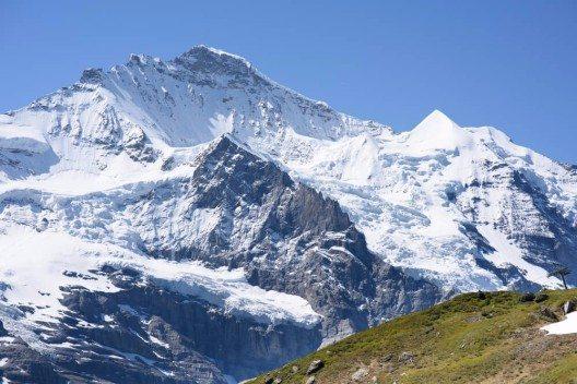 In den Berner Alpen konnte unter anderen bedeutenden Objekten ein Stück eines mittelalterlichen Schuhs sichergestellt werden. (Bild: © Mel Thompson - shutterstock.com)