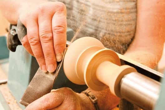 Eine Komplettüberholung eines Möbels oder Gegenstands beinhaltet die fachgerechte Bearbeitung jeder einzelnen Komponente.