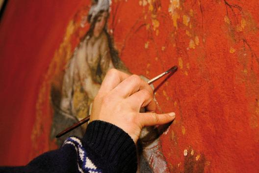Retuschen von Wandmalereien und Gemälden