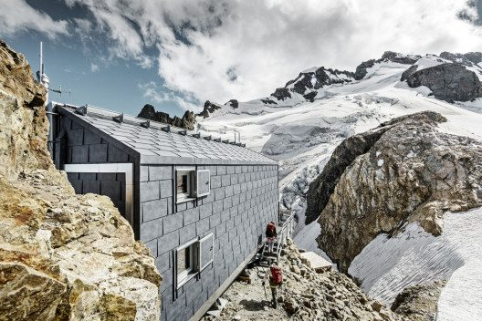 Belohnt wird man mit der einzigartigen Aussicht vom Refuge auf den Mont Blanc. (Bild: Prefa/Croce)