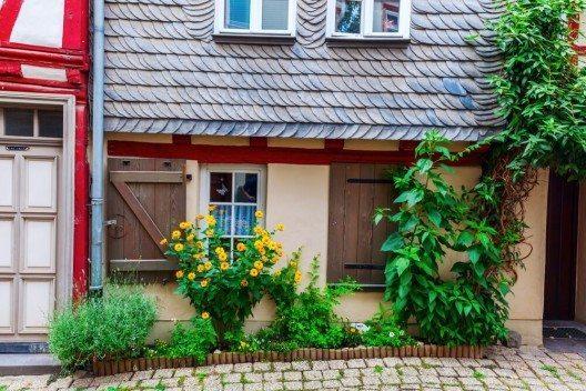 Wer ein altes Haus kauft, sollte sich immer zuerst bei der Gemeinde erkundigen, ob und in welchem Umfang das Gebäude unter die Denkmalschutzbestimmungen fällt. (Bild: © Christian Mueller - shutterstock.com)