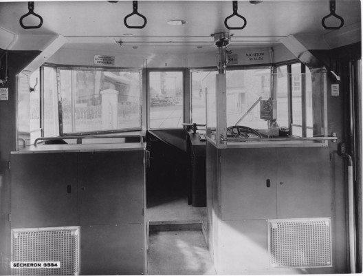 Blick in den Führerstand bei der Auslieferung 1938. Der Führerstand wurde offen gestaltet. Die Passagiere konnten dem Lokführer über die Schulter schauen, oder sich sogar links neben ihn setzen. (Bild: © BLS-Archiv)
