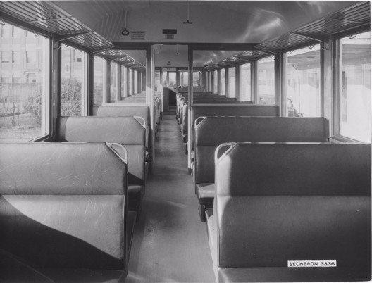 Blick in das Abteil 3. Klasse bei der Auslieferung 1938. Das weitgehend verglaste Grossraumabteil bietet einen ungewohnt modernen Raumeindruck. (Bild: © BLS-Archiv)