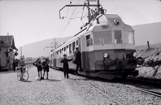Der «Blauen Pfeil» im Einsatz als Regionalzug in Marin-Epagnier (NE), 1954. (Bild: © BLS-Archiv)
