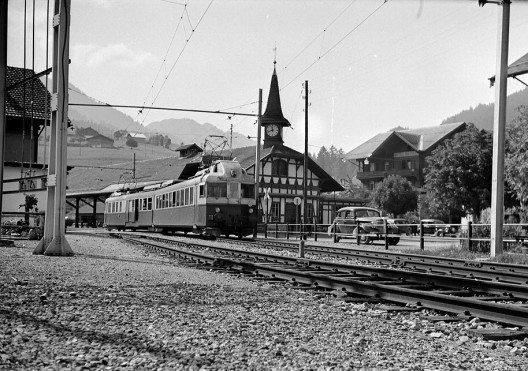 Im Bahnhof Zweisimmen, um 1950. Der «Blauen Pfeil» verkehrte auch auf allen anderen BLS-Strecken. (Bild: © BLS-Archiv)