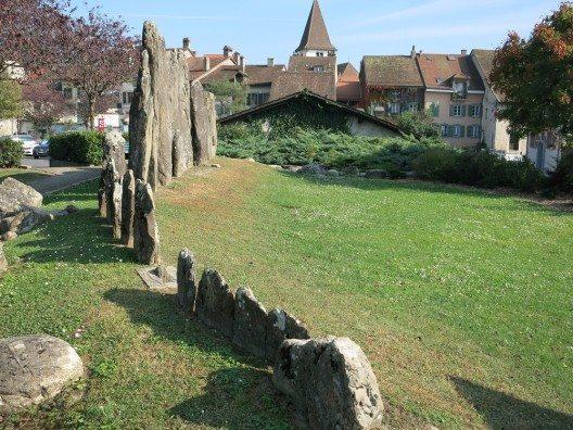 Steinreihe von Lutry (Bild: © Paebi, Wikimedia, CC BY-SA 4.0)